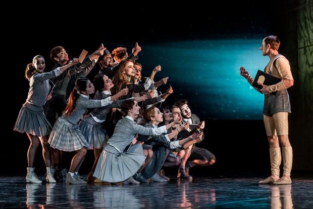 Klasą sam dla siebie jest Oleksandr Khudimov w tytułowej roli (po prawej), jednak duże słowa uznania należą się całemu zespołowi Baletu Opery Bałtyckiej za bardzo dokładną grę gestem i mimiką.