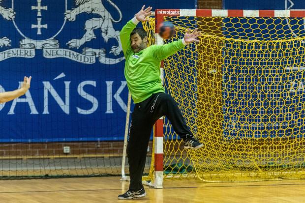 Sebastian Suchowicz niemal całą karierę spędził w klubach z Gdańska i Kwidzyna. Doświadczony bramkarz w przeszłości prowadził nawet MMTS jako tymczasowy szkoleniowiec.