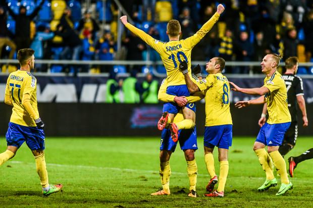 Arka znów zwycięska w Gdyni. Na rękach kolegów Mateusz Szwoch, który wypracował pierwszego karnego, a drugiego sam zamienił na gola.