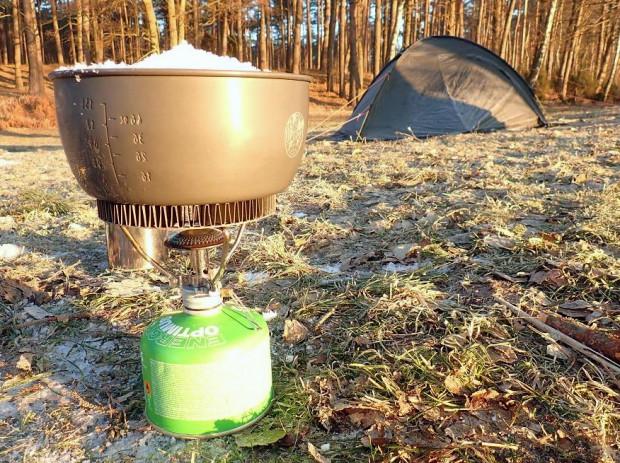 Zapomnieliśmy o włożeniu butelek z wodą do śpiworów, dlatego też poranek rozpoczynamy od przetopienia śniegu na wodę