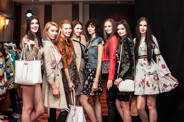Modelki w ubraniach marki Guess