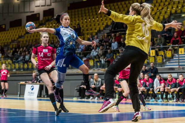 Magdalena Stanulewicz (z piłką) w meczu z Łączpolem miała okazję do przećwiczenia nowych zagrać z koleżankami z Vistalu. W środowym meczu z Pogonią gdynianki raczej nie będą miały takiego komfortu.