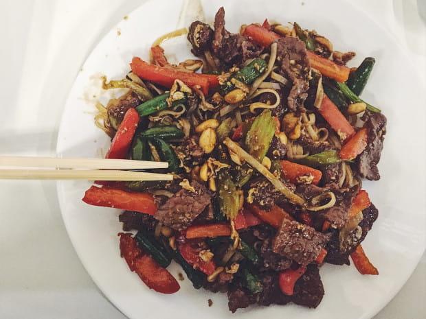 Pad thai z wołowiną w Asia Hoanmy.