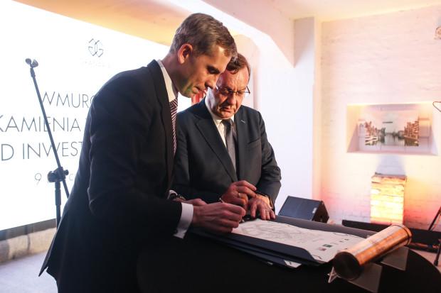 Uroczystość wmurowania kamienia węgielnego pod inwestycję Granaria na Wyspie Spichrzów. Na zdjęciu Bartłomiej Hofman (z lewej) oraz Wojciech  Ciurzyński z konsorcjum Immobel & Multibud.