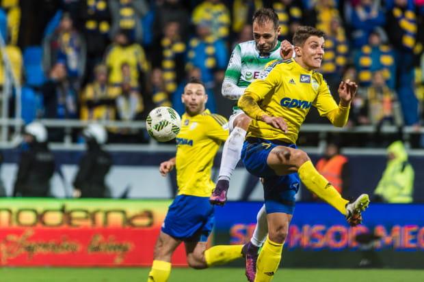 31 października ubiegłego roku w Gdyni Arka zremisowała z Lechią 1:1. Na zdjęciu z tego meczu o piłkę walczą Flavio Paixao i Damian Zbozień, a na drugim planie Paweł Abbott.
