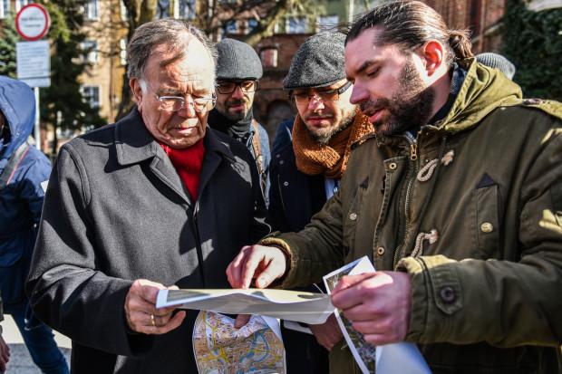 Jan Gehl z członkami FRAG-u podczas spaceru po Śródmieściu. Po prawej Karol Spieglanin, prezes stowarzyszenia.