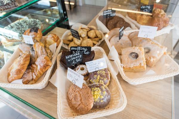 Tarta Bułka to bistro śniadaniowo-lunchowe połączone z piekarnią i cukiernią.