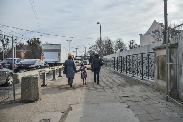 Betonowa ściana od strony ul. Hucisko.