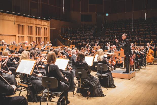 W piątek 17 marca George Cziczinadze po raz pierwszy poprowadził Orkiestrę Filharmonii Bałtyckiej jako jej dyrektor artystyczny.
