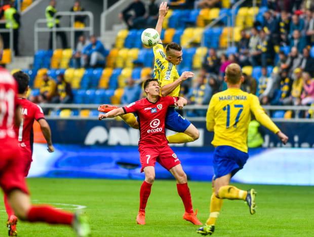 Maciej Jankowski (nr 7) po wejściu z ławki rezerwowych wyrównał na 2:2, a następnie wywalczył wolnego, po którym boisko opuścił Marcin Warcholak (na zdjęciu w wyskoku), a Gerard Badia strzelił zwycięskiego gola dla gospodarzy.