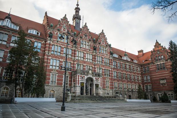 Na skutek interwencji cesarza Wilhelma, w miejsce jednego, umieszczonego centralnie szczytu budynku, dorysowano trzy, wyraźnie nawiązujące do architektury Zielonej Bramy i Wielkiej Zbrojowni.