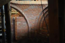 W czterech eliptycznych sklepieniach brakowało części cegieł.