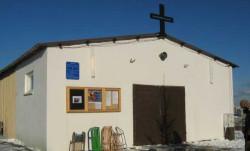 Obecnie parafianie św. Krzysztofa mają do dyspozycji niewielką kapliczkę, która bardziej przypomina barak, niż kościół.