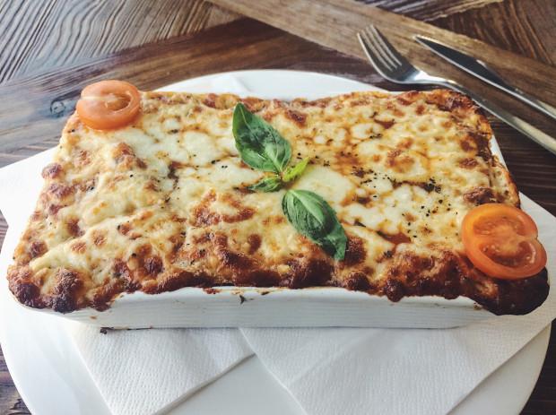 Lasagne z mięsem wołowym i dużą ilością zapieczonego sera w Amici.
