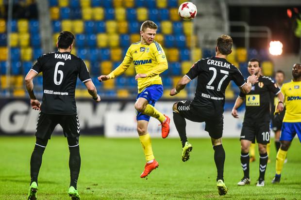 Obecnie Arka Gdynia traci 5 punktów do 8. miejsca, które zajmuje Korona Kielce. Na zdjęciu z meczu tych drużyn z rywalami o piłkę walczy Mateusz Szwoch.
