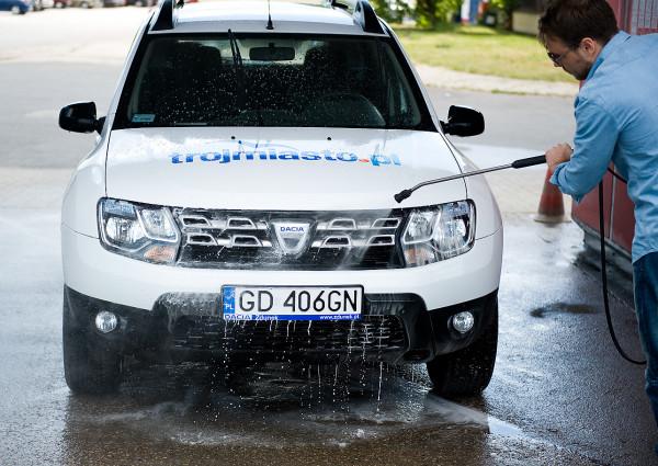 Podwozie auta najlepiej wypłukać przy użyciu myjki ciśnieniowej.