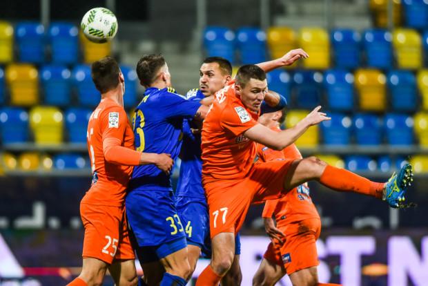 Arka i Termalica to drużyny, które wiosną zdobyły najmniej punktów w ekstraklasie. Zdjęcie z ich listopadowego meczu w Gdyni.