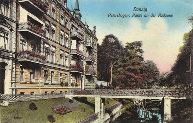 Nieistniejące mostki przy kamienicy przy ul. Na Stoku 40. Kamienica istnieje do dzisiaj, nie ma jednak balkonów.