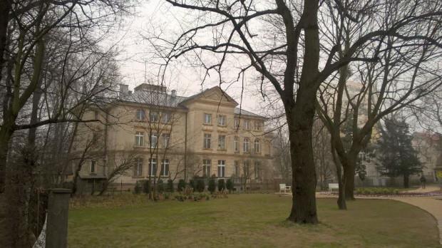 Park Herbstów i Pałac Herbstów wczesną wiosną.