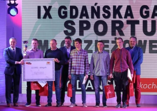 Młodym sportowcom nagrody wręczali dawni mistrzowie. Na zdjęciu gdańscy wioślarze w towarzystwie m.in. medalistów olimpijskich Tomasz Tomiaka (z prawej) i Adama Korola (w środku).