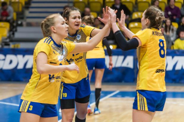 Katarzyna Janiszewska (nr 3), czyli najskuteczniejsza szczypiornistka meczu z Pogonią, a także Joanna Kozłowska (nr 19) ponownie mogły powitać na boisku Monikę Kobylińską (nr 8).