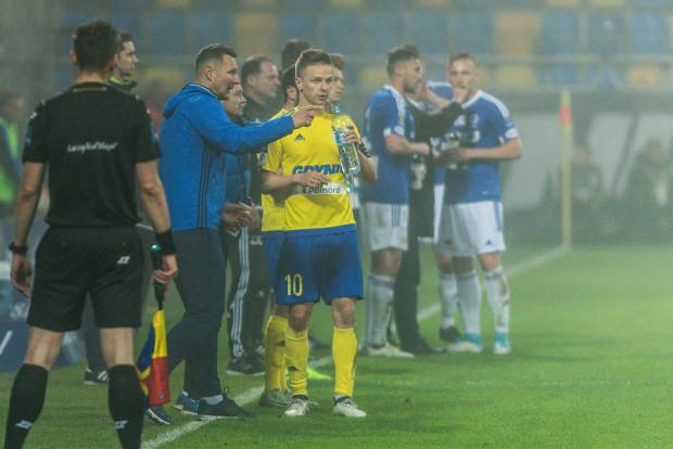 Dominik Nowak i jego piłkarze (na dalszym planie) mieli łzy w oczach po odpadnięciu z Pucharu Polski. Natomiast Grzegorz Niciński i Mateusz Szwoch oraz pozostali żółto-niebiescy mogli awans do finału skwitować uśmiechem przez łzy, bo przegrali 4 mecz z rzędu.