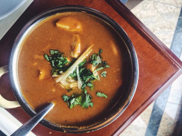 Klasyczne curry z kurczakiem w Tandoor House.
