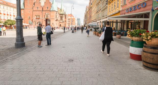 Tzw. szpilkostrada na rynku we Wrocławiu.