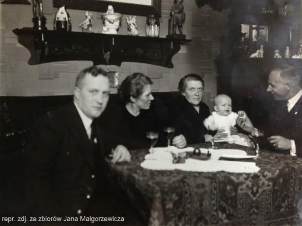 Rodzina w mieszkaniu przy <i>Jungstädtischegasse</i>. Od lewej Jan Borowski, Helena Zielińska, Bolesława Borowska z wnukiem Janem oraz Franciszek Małgorzewicz.