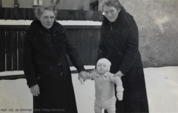 Od lewej: Bolesława Borowska, mały Jan Małgorzewicz i Helena Zielińska.