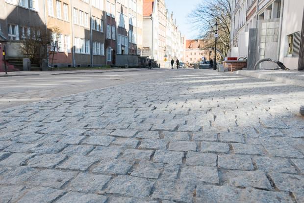 Nowy chodnik przed budynkiem mieszkalno-usługowym na ul. Św. Ducha.