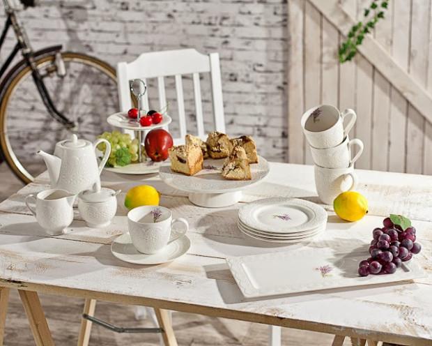 Etażerka, tortownica, eleganckie patery na ciasto i delikatne filiżanki (w Wielkanoc także talerze na jajka) to elementy stołu, które pomagają podkreślić znaczenie wyjątkowych, świątecznych chwil.