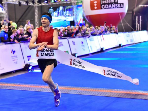 Rafał Czarnecki, zwycięzca 3. Gdańsk Maratonu, przekracza linię mety.