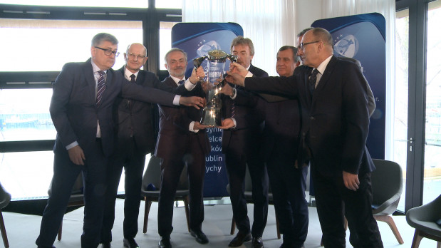 Zbigniew Boniek przekazuje puchar przedstawicielom sześciu miast, które w czerwcu będą współorganizatorami młodzieżowego Euro 2017.