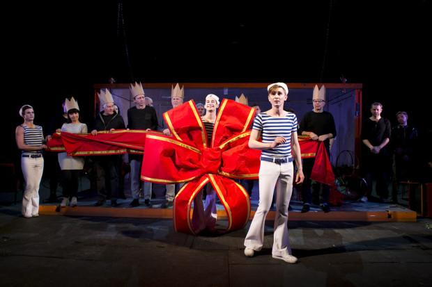 """Nietypowa, jubileuszowa premiera Teatru Wybrzeże """"Urodziny czyli ceremonie żałobne w czas radosnego święta"""" jest jak prezent niespodzianka, tyle, że przede wszystkim dla osób związanych ze środowiskiem teatralnym."""