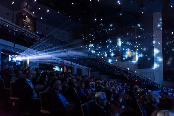 """Siłą Teatru Muzycznego w Gdyni jest publiczność, która tłumnie odwiedza teatr, często kupując bilety """"w ciemno"""" na kilka miesięcy do przodu."""