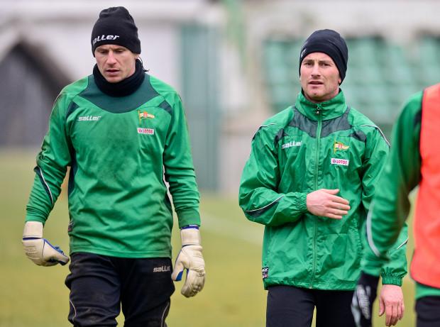 Wśród siedmiu piłkarzy, którzy mają umowy z Lechią ważne do 30 czerwca, są dwie klubowe ikony: Piotr Wiśniewski (z prawej) i Mateusz Bąk.