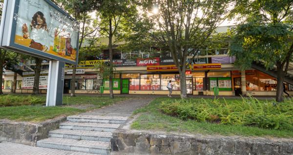 Al. Niepodległości, przy której znajdują się widoczne na zdjęciu pawilony handlowe, potraktowana została jako dodatkowy obszar przestrzeni publicznej.