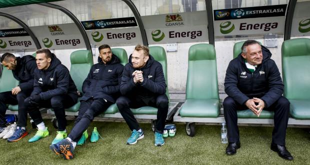 Piotr Nowak (z prawej) z satysfakcją patrzył przez większą część meczu na grę, gdyż ocenia, że Lechia w derbach przez 70 minut zaprezentowała bardzo dobry futbol.