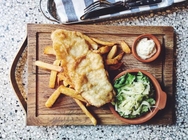 Fish'n'chips, czyli dorsz w panierce z domowymi frytkami w Pobitych Garach.