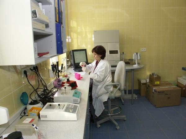 Pracownia Ustalania Ojcostwa i Identyfikacji Genetycznej stanowi ważny dział medycyny sądowej wykorzystujący w praktyce laboratoryjnej postępy w zakresie najnowszych technik molekularnych opartych o analizę profilu DNA. Oprócz działalności naukowej, czysto poznawczej i dydaktycznej Pracownia zajmuje się również ekspertyzami genetycznymi dla potrzeb wymiaru sprawiedliwości i organów ścigania.