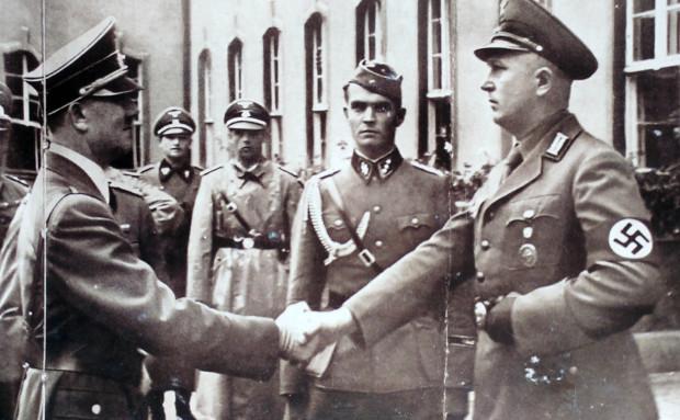 Szef NSDAP w Sopocie Erich Temp, z zamiłowania kolekcjoner stalowych przyczepów do butelek z piwem, wita Adolfa Hitlera podczas jego wizyty w kurorcie.