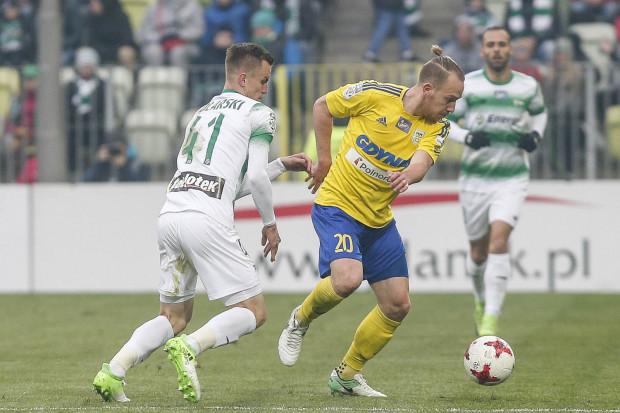 Dominik Hofbauer (nr 20) podczas derbów Trójmiasta w pojedynku z Pawłem Stolarskim.