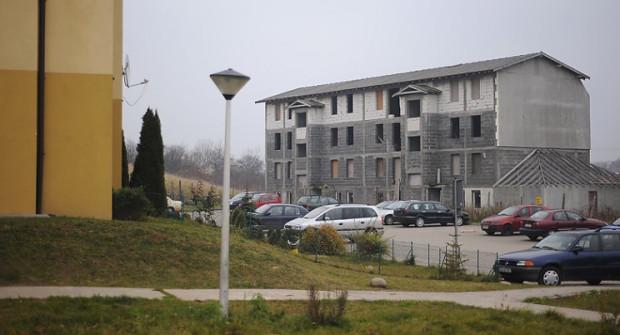 Pieniądze na spłatę długu mieszkańcy chcą zdobyć m.in. ze sprzedaży mieszkań, po tym jak wykończą  piąty blok na osiedlu. Chcą także postawić dwa brakujące budynki.