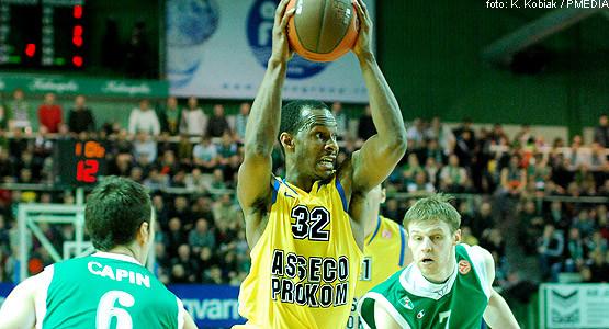 Daniel Ewing (z piłką) zdobył najwięcej punktów dla gdynian, a w Żalgirisie - Martynas Pocius (nr 7).