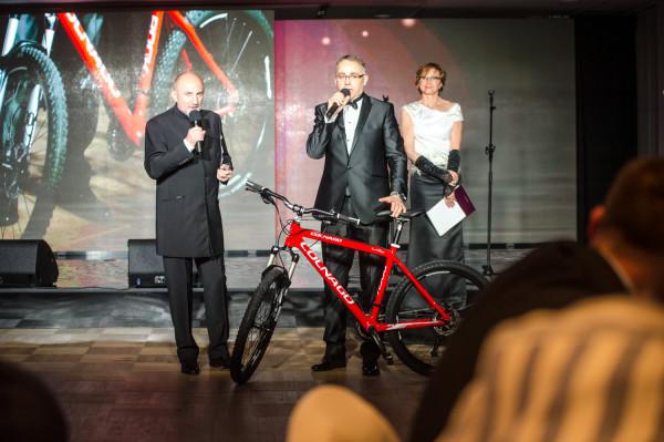 Licytacja roweru Czesława Langa. Prowadzili ją Igor Michalski - dyrektor Teatru Muzycznego w Gdyni oraz Alain Mompert - Konsul Honorowy Francji
