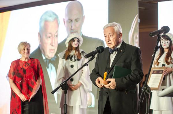 Prof. dr n. med. Tomasz Trojanowski - laureat Bursztynowej Bryły. Nagrodę wręczała mu Krystyna Przybylska.