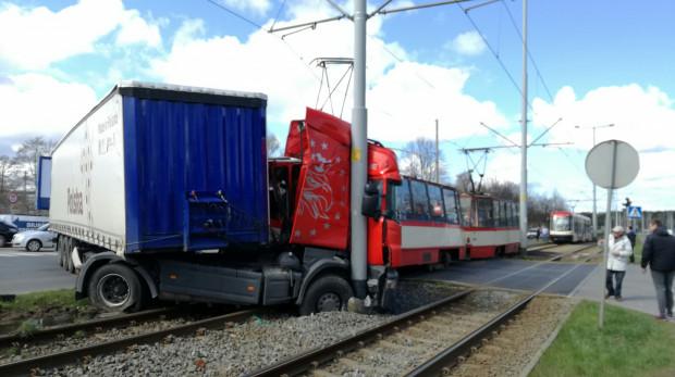 Kierowca ciężarówki chciał zawrócić na przejeździe tramwajowym. Gdy na niego wjechał, z dużym impetem wbił się w niego jadący od strony Brzeźna tramwaj.