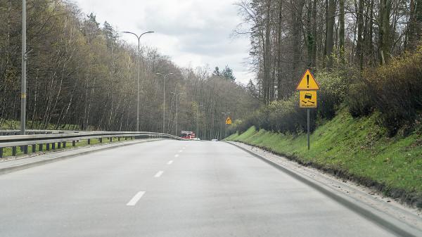 Nawierzchnia ul. Słowackiego jest w coraz gorszym stanie. Choć dziur na niej nie widać, to przyczepność pozostawia wiele do życzenia. Droga została otwarta w minionej dekadzie.