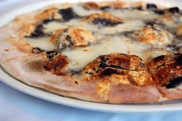 Pizza tartufo z mozzarellą, owczym serem pecorino, pastą z włoskich czarnych trufli.